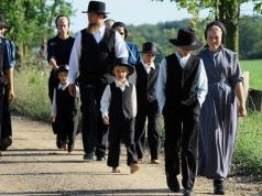 Amish People in Sonntagskleidung