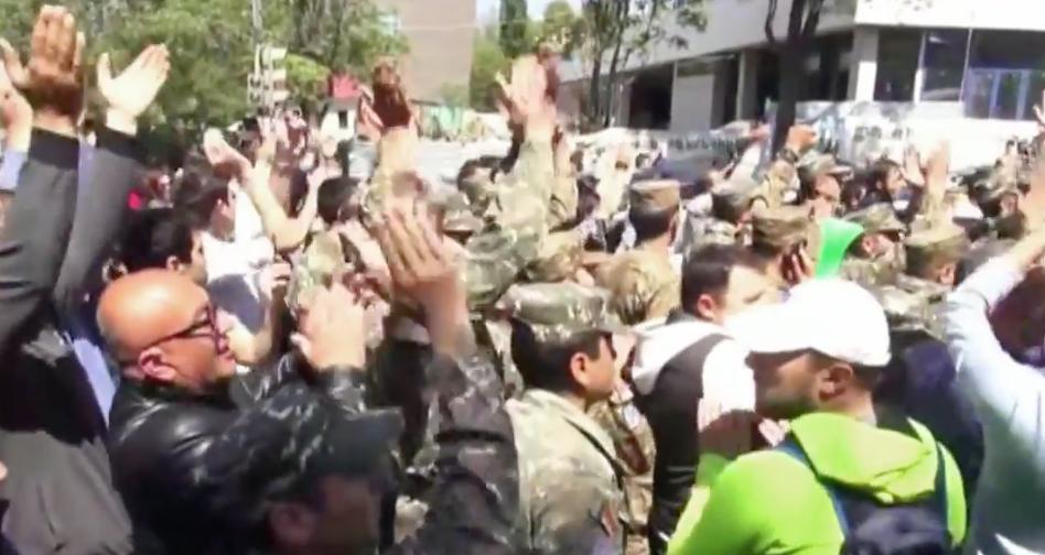 Armenier jubeln nach tagelangen Demonstrationen, als Premierminister zurücktritt Foto: Video