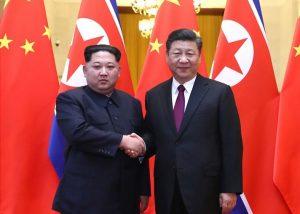 Kim Jong-un beim Staatsbesuch in China bei Xi Jinping im März 2018 CC wikimedia