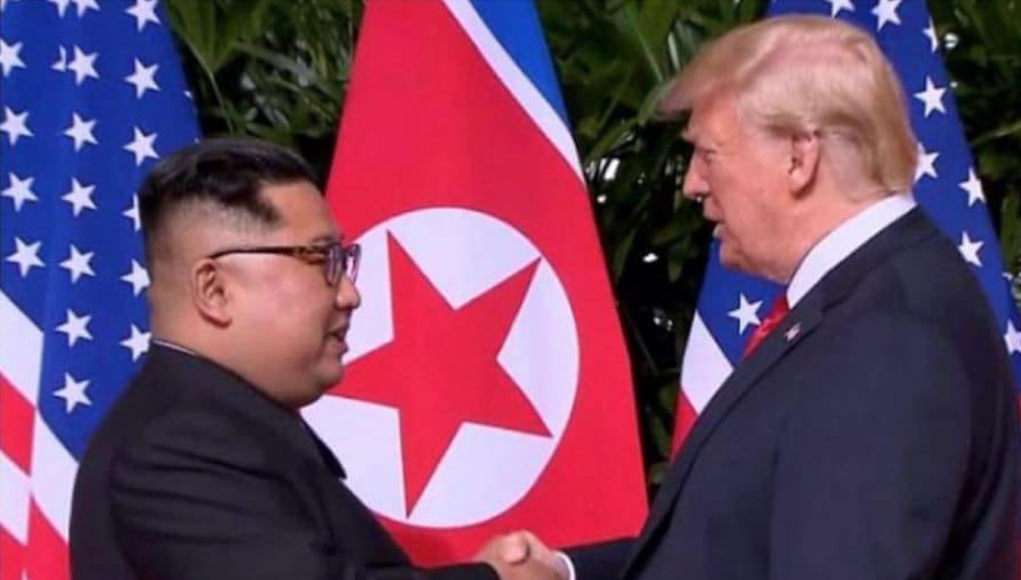 Kim und Trump beim ersten Händedruck Foto The Hispanic Conservative Facebook
