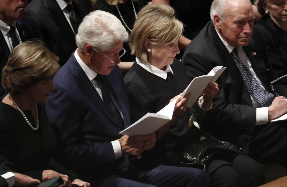 Laura Bush, Bill und Hillary Clinton und Dick Cheney bei McCain Memorial