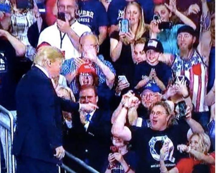 Trump deutet auf Q-Shirt tragenden VIPAnon