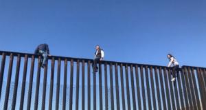 Mexikanische Grenze mit altem Zaun und Kletterhilfe