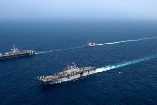 190517-N-CE463-1439 ARABIAN SEA (17. Mai 2019) Abraham Lincoln Carrier Strike Group (ABECSG) und Kearsarge Amphibious Ready Group (KSGARG) führen gemeinsame Operationen im 5. Flottengebiet der USA durch. Die ABECSG und KSGARG sind mit der 22. Marine-Expeditionseinheit bereit, auf Eventualitäten zu reagieren und US-Truppen und -Interessen in der Region zu verteidigen. (Foto der US Navy von Mass Communication Specialist Seaman Catie Coyle/Released)