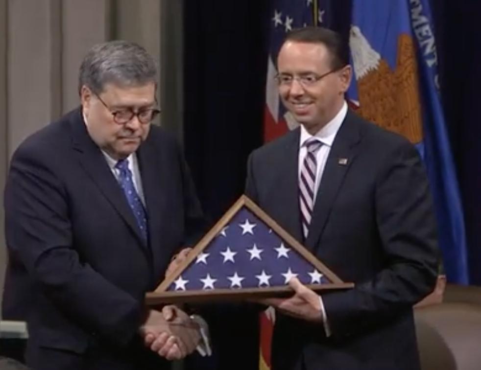 Rod Rosenstein bekommt die Flagge zum Abschied