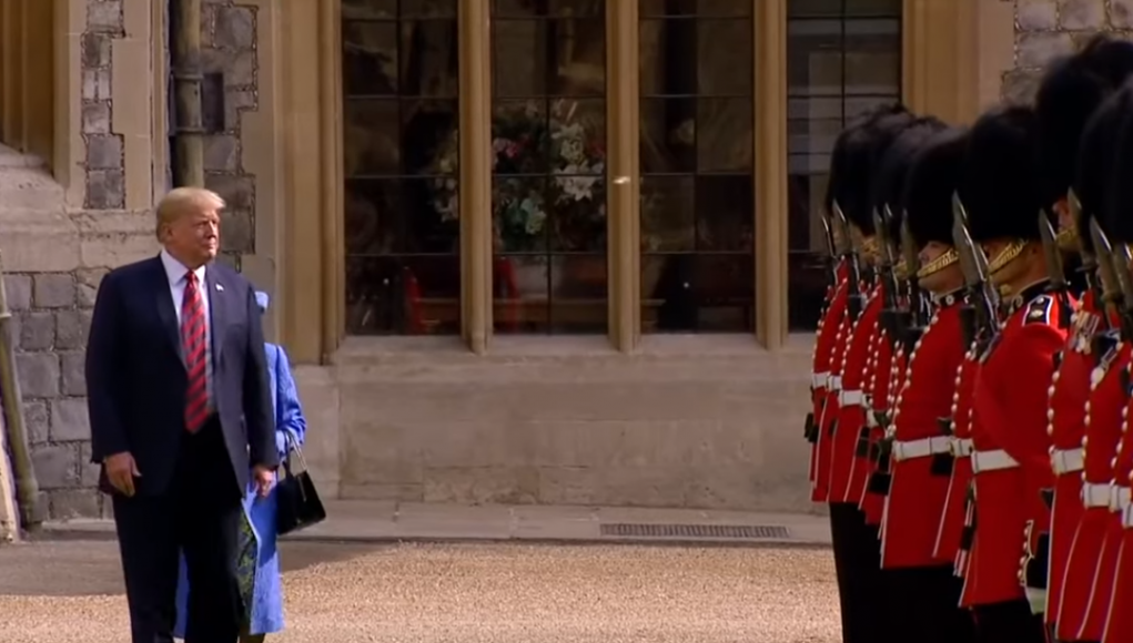 Donald Trump in London 2019 hinter ihm die Queen