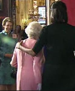 Michelle Obama umarmt Queen
