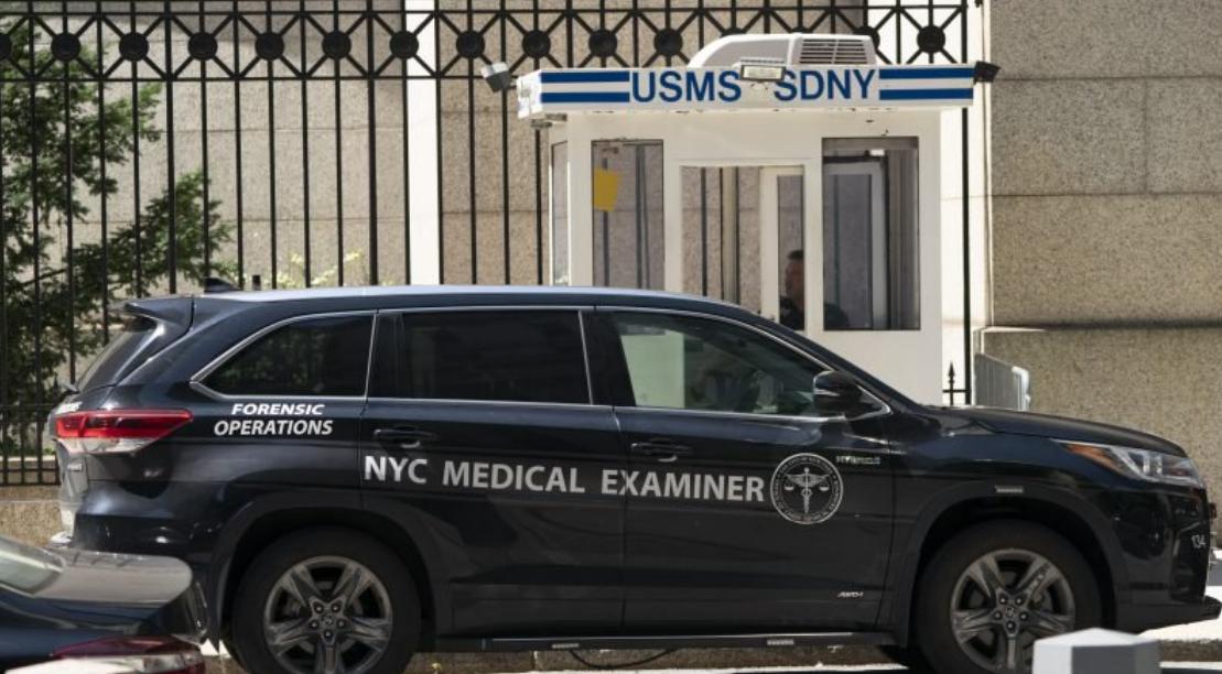 Gerichtsmediziner, der angeblich Epstein abholt, vor dem Gefängnis