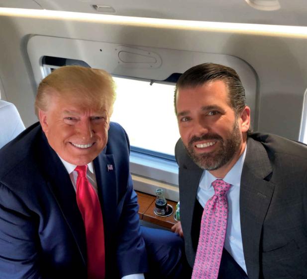 Donald Trump Sr. und Jr. in der Air Force One - offizielles White House Foto